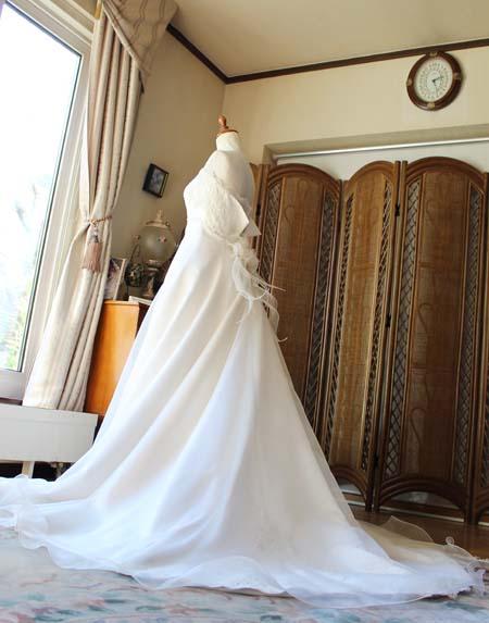Aラインスカートとフレアデザインのウェディングドレス