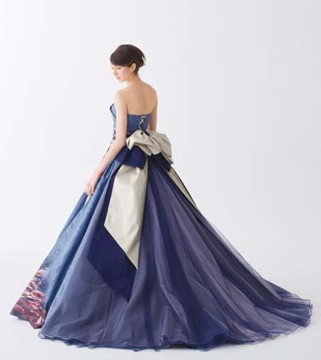 和装のカラードレスのシルエットとバックスタイルデザイン
