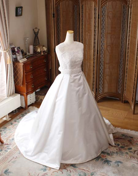 オーダーメイドで制作するシルクのウェディングドレス