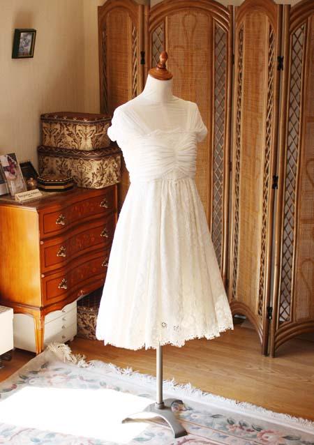 フランスレースと最高級シルクサテンのミディアム丈ウェディングドレス