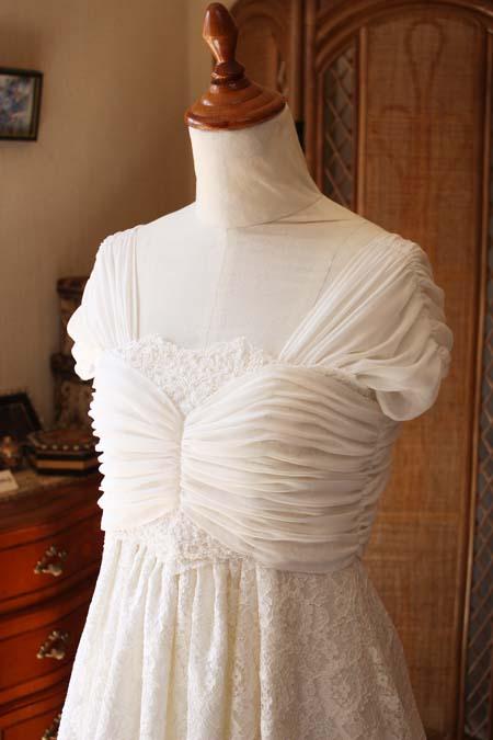 胸元のデコルテと繊細なデザイン