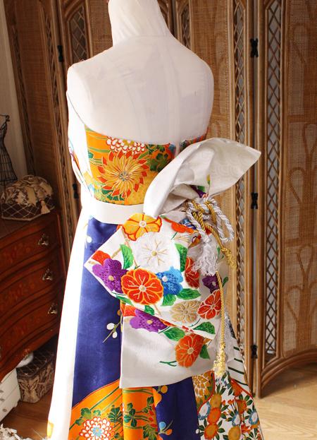 帯のようなデザインを用いたドレス