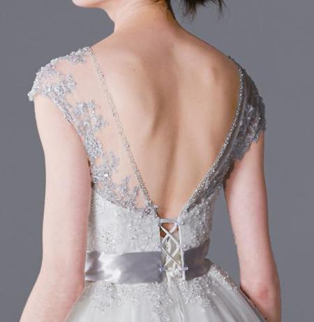 背中の開放率を上げるウェディングドレス