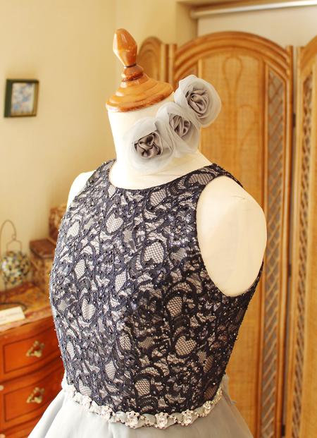 コサージュのヘッドドレスと胸元のビーディング