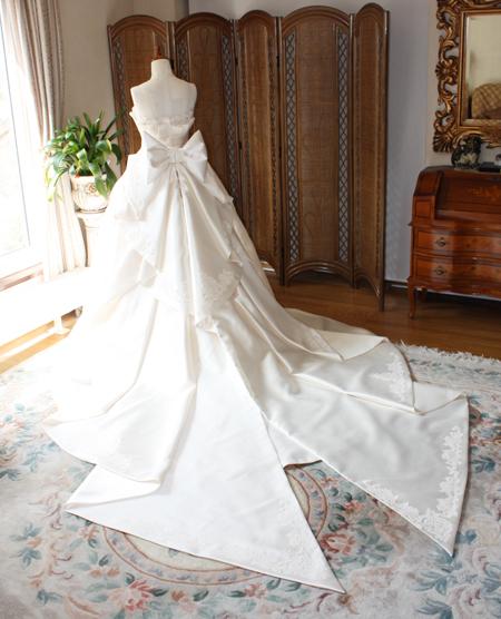 チャペルウェディングに映えるロングトレーンのウェディングドレス