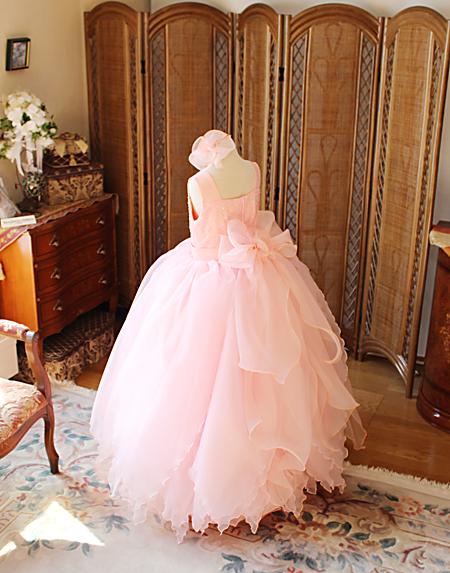 デザインコンセプトを表現するドレスのデザイン