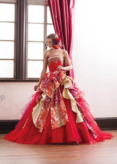 インパクトを与えるレッドの和装ドレス