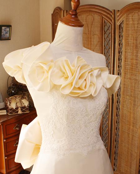 胸元にモードのようなデザインを細越したワンショルダースタイルドレス