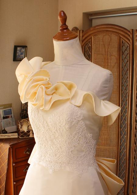 ワンショルダーのウェディングドレス