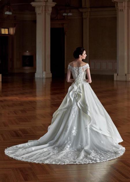 教会式に映えるロングトレーンのウェディングドレス