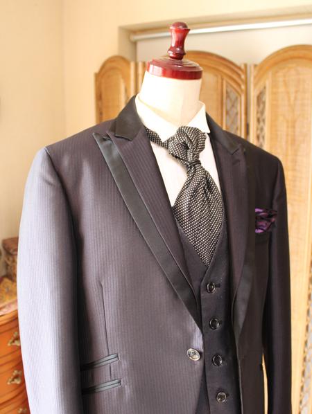 シャーリングのタイと二重襟のオシャレな襟元デザイン