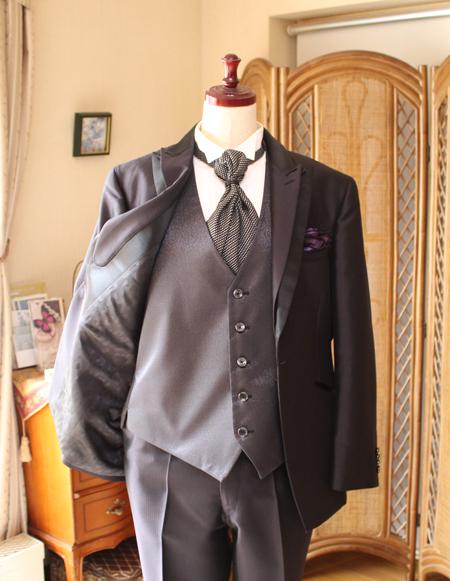 タキシードのジャケットとベスト、タイの詳細。