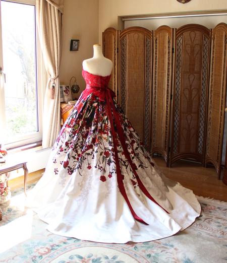 Aラインシルエットのスカートとバックスタイルデザイン