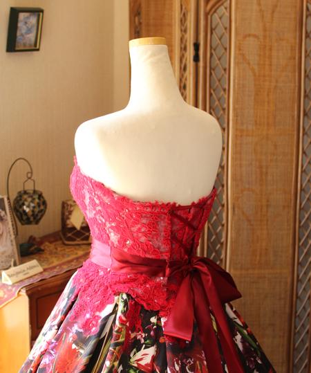 花嫁のサイズに合わせて微調整が可能な編み上げスタイル