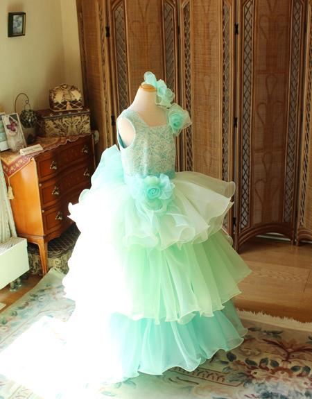 エメラルドグリーンのグラデーションカラーが素敵な子供用ドレス