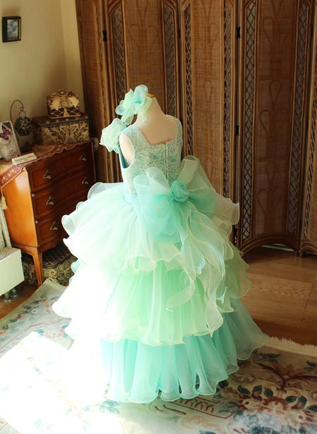 ボリュームのあるベルラインスカートの子供用ドレス