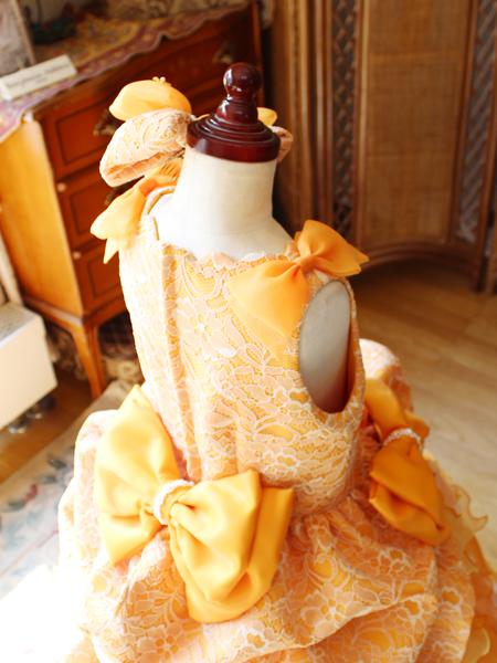 リボンデザインが映えるドレスの構成