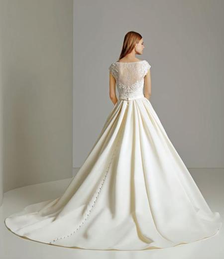 教会式で清楚な花嫁姿を演出するトレーン