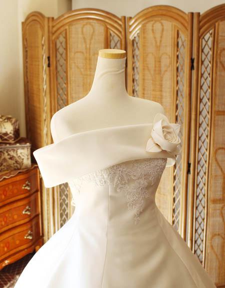 ショールカラーのウェディングドレス