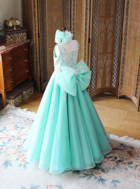 エメラルドグリーンのジュニアドレス スカートシルエットとデザイン