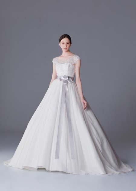 シンプルで華美にならないウェディグドレス