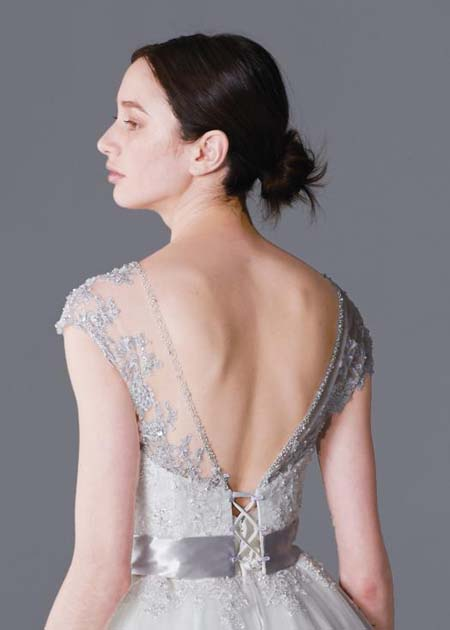 フォーマルのシーンに合わせて素敵な背中を見せるウェディングドレス