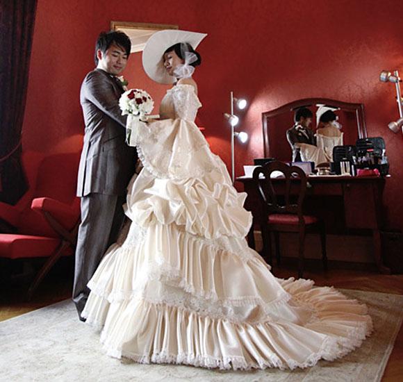 中世ヨーロッパ調の貴婦人イメージのウェディングドレス