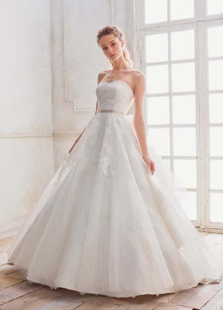結婚式披露宴 ウェディングドレスにアレンジを加えて演出