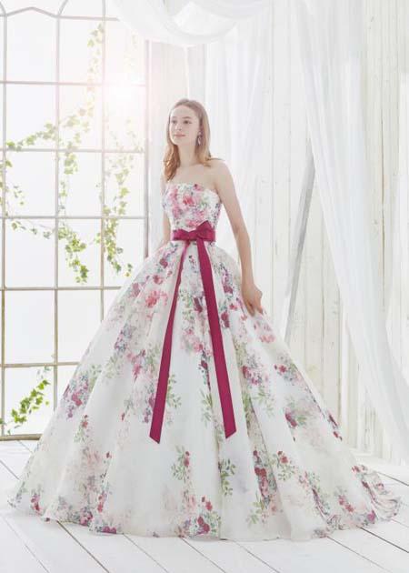 ピンクのカクテルドレス 花柄模様のプリント素材