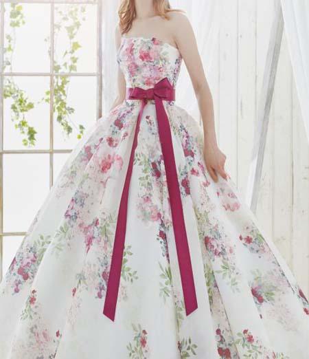 会場の合わせた結婚式のお色直しカラードレス選び