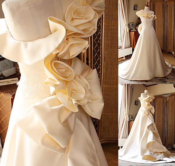 立体感のあるコサージュとリボンを施したオーダーメイドウェディングドレス