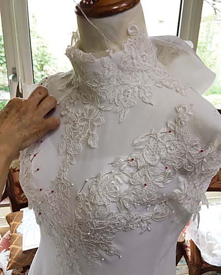 ウェディングドレスの上半身のデコルテとレースの配置