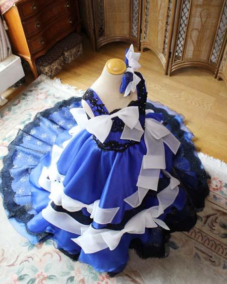 細部のデザインとリボンを施した子供用ウェディングドレス