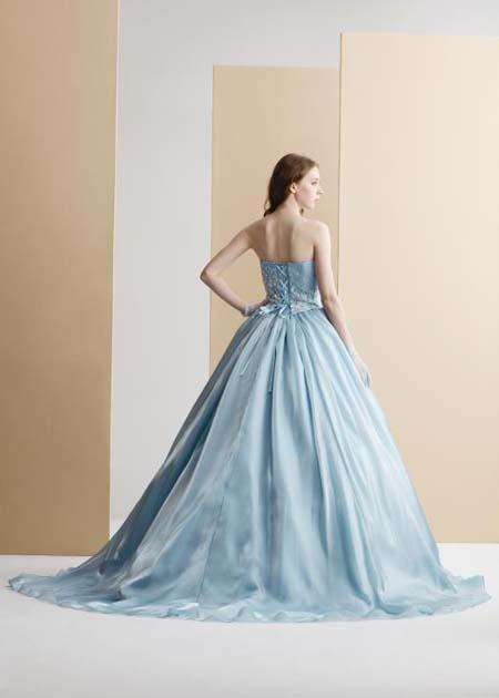 シンプルで女性の美しさを映し出すカクテルドレス