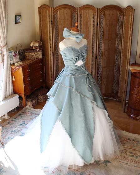 デニム素材のカラードレス シルエット