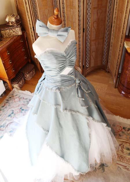 結婚式のお色直しカラードレス 立体的なデニムのデコルテ