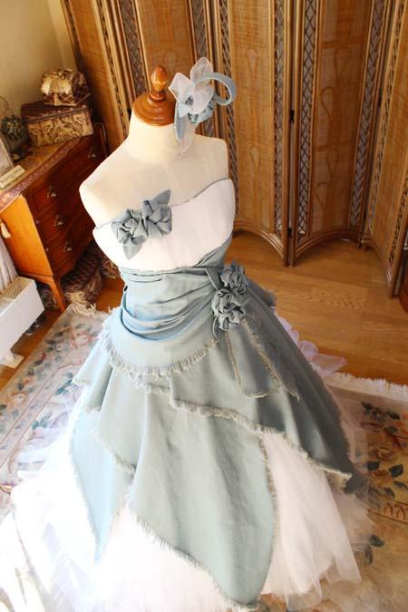 立体的な胸元のデザインとAラインスカート デニム素材を使用