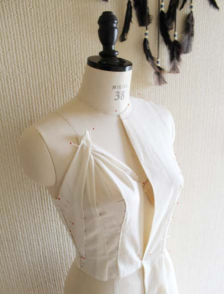 胸元のデザインを構成
