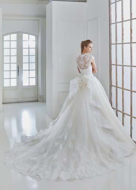 ロングトレーン 誰もが魅了するウェディングドレス