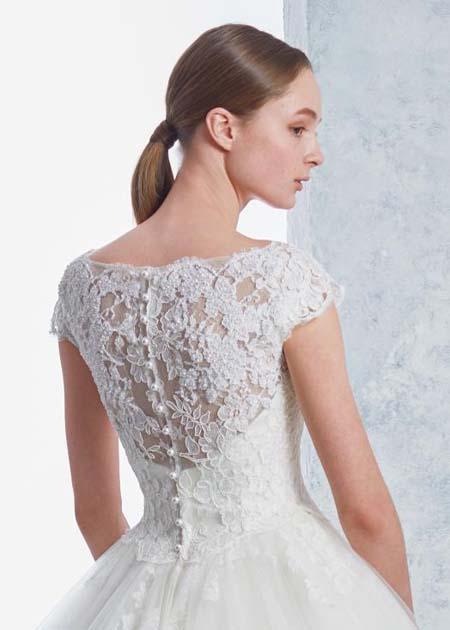 上品な印象を与える背中のデザイン ウェディングドレス
