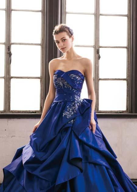 立体的な胸元と煌びやかに輝くトップスのデザイン カクテルドレス