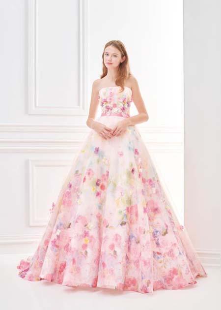 ピンクのカラードレス キュートやロマンスをイメージさせるデザイン