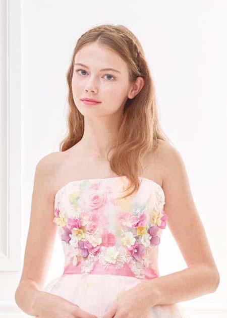 小花とプリントデザインのドレス キュートな花嫁姿を演出