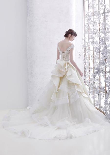 豪華でインパクトを与えるウェディングドレスのバックスタイル