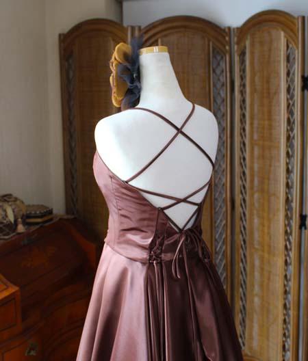 背中を開けたデザイン ドレスの背後デザイン