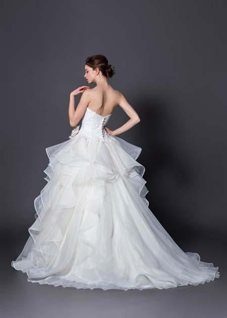 ウェディングドレスのシルエットとバックスタイル
