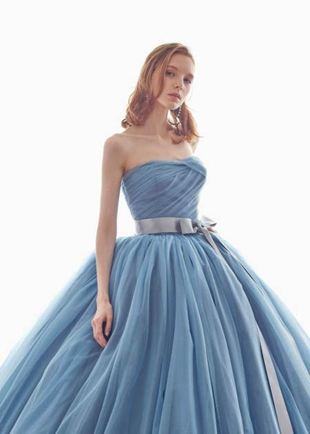 胸元のデコルテとデザイン ハートラインのカラードレス