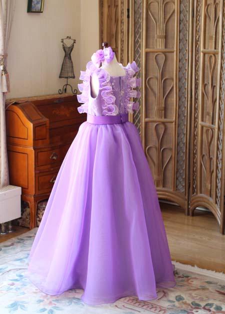 ドレスのバックスタイルイメージ 背後のデザイン
