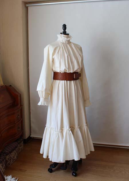 仮縫いを行うシーチングドレス
