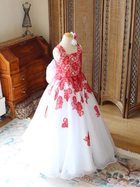 フレアスカートとAラインシルエットのドレス